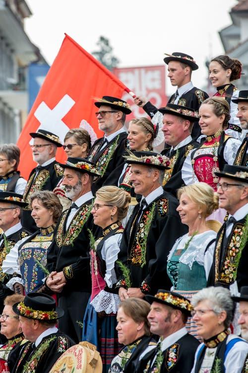 Hier strahlen Älpervater Andreas Kayser und Regierungsrätin Karin Kayser (im Zentrum) in die Menge.