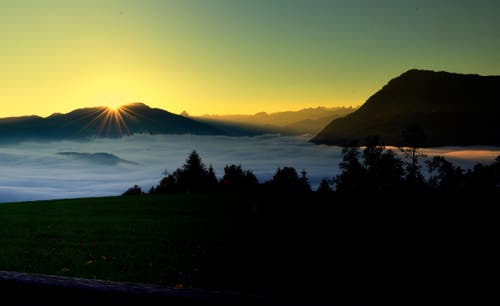 Herbstlicher Morgen mit Blick Richtung Rossberg und Rigi. (Bild: Hans Habermacher (Michaelskreuz, 14. Oktober 2018))
