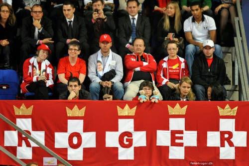 2009- Die Fans von Roger Federer auf der Tribüne. (KEYSTONE/Georgios Kefalas)