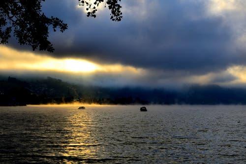 Der aufkommende Morgennebel verändert minütlich die Stimmung am See. (Bild: Hans Habermacher (Unterägeri Birkenwäldli, 26. September 2018))