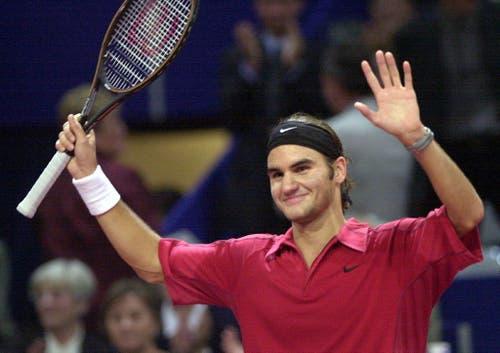 2000 - Roger Federer freut sich über seinen Sieg gegen den Deutschen Tommy Haas in der ersten Runde. (KEYSTONE/Markus Stücklin)