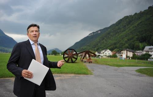Medienfahrt zum Agglomerationsprogramm Nidwalden. Hans Wicki macht Station in Ennetbürgen. (Bild: Corinne Glanzmann (22. Juni 2011))