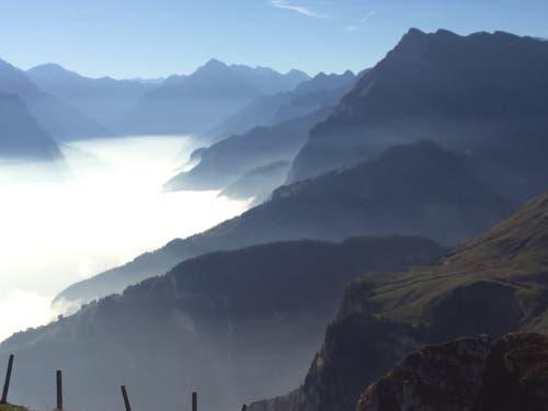 Schattenspiel im Nebel. (Bild: Esther Macchi (Emmetten, 19. Oktober 2018))