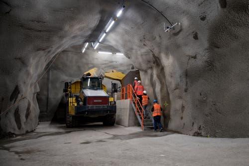 Besichtigung Neuer Untertag Steinbruch der Holcim in Kehrsiten. Kaverne, wo der Dumper vom Radlader mit dem Rohmaterial gefüllt wird. (Bild: Corinne Glanzmann, Kehrsiten, 16. Oktober 2018)