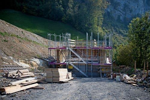 Etwa 140 Meter über dem Untertagebauwerk wird hier künftig das Rohmaterial vom Oberzingel in den Fallschacht gekippt. Das Bauwerk steht kurz vor der Fertigstellung. (Bild: Corinne Glanzmann, Kehrsiten, 16. Oktober 2018)