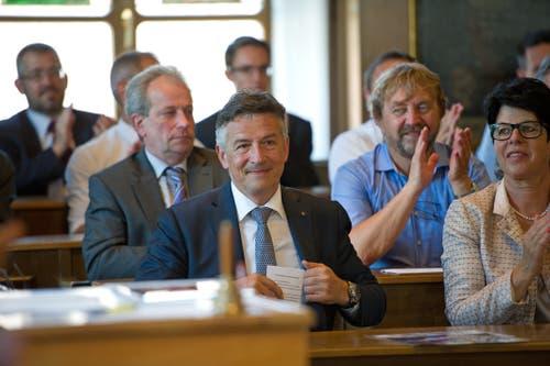 Hans Wicki wird bei seiner letzten Landratssitzung als Baudirektor verabschiedet. (Bild: Corinne Glanzmann (Stans, 29. Juni 2016))
