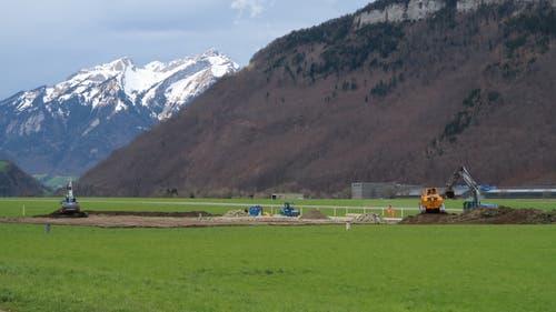Baustart für die Strukturbauhalle S auf dem Flugplatz Buochs und Abhumusierung am 4. April 2018. (Bild: PD)