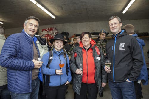 Die beiden Nidwaldner Bundesparlamentarier zu Besuch am Rütlischiessen (von links): Hans Wicki, Nina Christen, Heidi Diethelm Gerber und Nationalrat Peter Keller. (Bild: Edi Ettlin (9. November 2016))