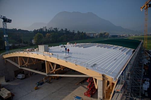 Blick aufs Dach der neuen Strukturbauhalle der Pilatus Flugzeugwerke beim Flugplatz Buochs. Bild: Corinne Glanzmann (Buochs, 23. Oktober 2018)