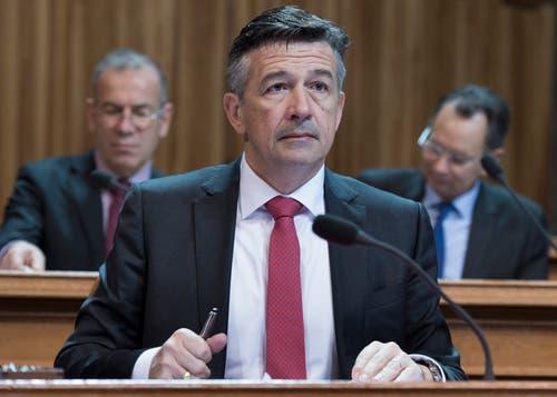 Hans Wicki verfolgt während seiner ersten Session im Bundeshaus die Beratungen über die Neuregelung der Wasserzinsen. (Bild: Lukas Lehmann/Keystone (Bern, 3. Dezember 2015))