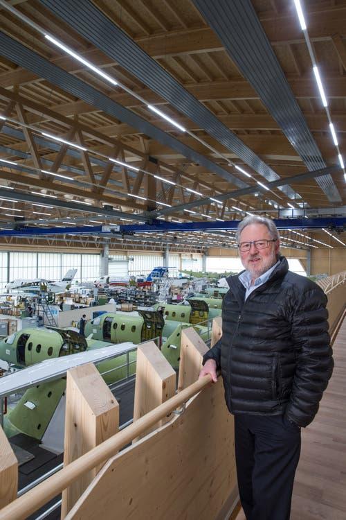 Oscar J. Schwenk, Verwaltungsratspräsident der Pilatus Flugzeugwerke, in der bestehenden Holzhalle 25, die auch als Prototyp für die neue Strukturbauhalle dient.