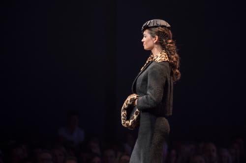 Jastina Doreen Riederer, Miss Schweiz 2018, präsentiert als Gastmodel ein Kleid mit Handwärmer im Leopardenprint. Ein No-Go wäre Echtpelz. (Bild: Pius Amrein, 24. Oktober 2018)