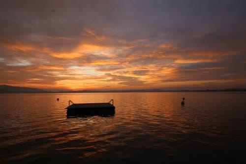 Abendrot bei der Badi Seeliken mit Blick auf den Zugersee. (Bild: Daniel Hegglin (Zug, 23. Oktober 2018)