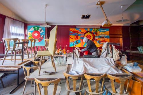 Im Saal wird sauber aufgestuhlt, während das Restaurant auf Vordermann gebracht wird.