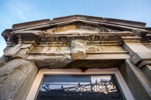 Die Fassade des Gebäudes ist arg in die Jahre gekommen. Wo nötig, wird der Sandstein bis auf die gesunden Stellen abgespitzt.