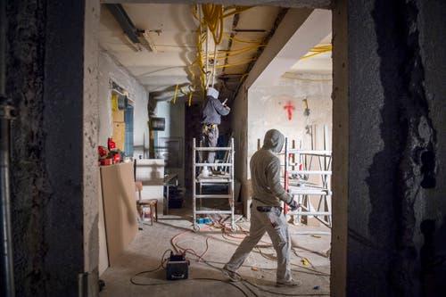 Arbeiter sind mit dem Ausbau der neuen Küche beschäftigt.
