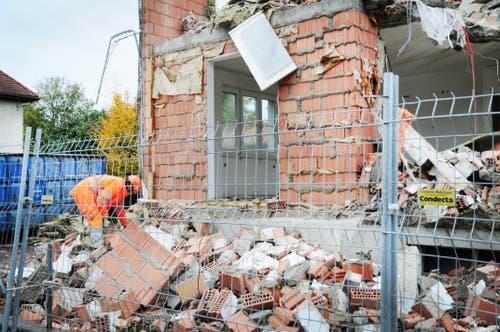 Arbeiter sortieren die abgebrochenen Hausteile. (Bild: Sabrina Bächi)