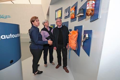Andrea Portmann von Aargau Tourismus erklärt den Besucher Susanne und Ulrich Amsler aus Rotkreuz den Stand. (Bild: Roger Zbinden (Zug, 20. Oktober 2018))