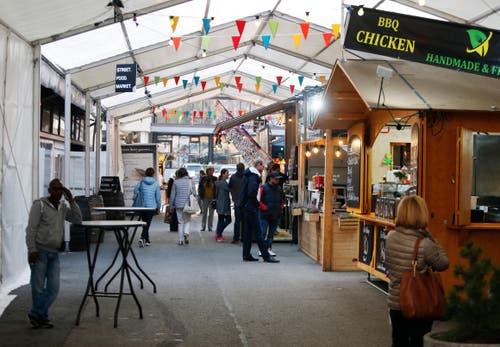 Besucher schlendern durch den Street Food Market. (Bild: Stefan Kaiser (Zug, 23.Oktober 2018))