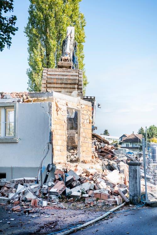 Es bleibt nicht viel übrig vom Glanz alter Zeiten. Das Haus ist schon fast ganz abgebrochen. (Bild: Andrea Stalder)