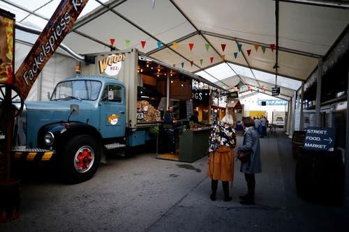 Anstatt des Restaurant Aegerital gibts nun ein Street Food Market mit verschiedenen Ständen. Auf dem Bild ist ein Saurer-Truck des Standes Woody Pizza zu sehen. (Bild: Stefan Kaiser (Zug, 23.Oktober 2018))
