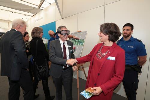 Die Regierungsräte Urs Hofmann (Aargau) und Manuela Weichelt-Picard (Zug) testen die Rauschbrille. (Bild: Roger Zbinden (Zug, 20. Oktober 2018))