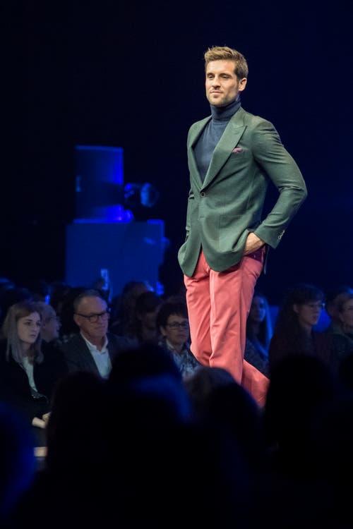 Ein Model präsentiert ein grünes Jacket mit lachsfarbenen Hosen im KKL. (Bild: Pius Amrein, 24. Oktober 2018)
