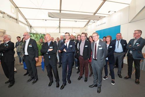 Geladene Gäste schauen sich die Ausstellung an. (Bild: Roger Zbinden (Zug, 20. Oktober 2018))