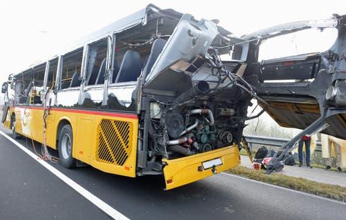 Das Ausmass des Unfalls wird hier ersichtlich. Der Sachschaden beträgt 330'000 Franken. (Bild: Luzerner Polizei)
