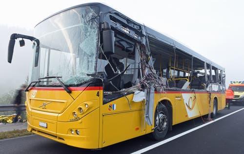 Zwei erheblich verletzte Passagiere wurden mit Rettungshelikoptern und fünf leichtverletzte mit Ambulanzen in Spitäler gebracht (Bild: Luzerner Polizei)