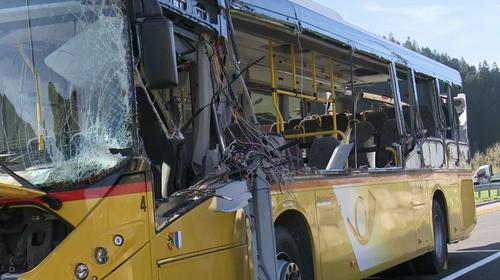 Eine Nahaufnahme des beteiligten, zerstörten Postautos. (Bild: Tele1)