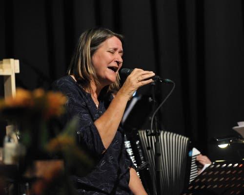 Sängerin Jelly Kerkhof leitet die Band, die das Stück begleitet. (Bild: Urs Hanhart (Altdorf, 24. Oktober 2018))