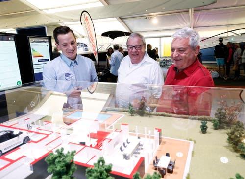 Andreas Brand (links) erklärt Alois und Hans Meier am Stand von Swiss Energy Tour, wie man Energie spart im Haushalt. (Bild: Stefan Kaiser (Zug, 25.Oktober 2018))