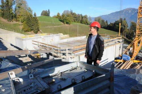 Der Sarner Brunnenmeister Leo Zberg vor der Baustelle des Reservoirs Gubermatt. (Bild: Philipp Unterschütz, Sarnen, 26. Oktober 2018)