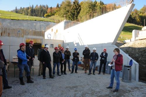 Gemeinderätin Anna Kathriner (rechts) informiert an der Baustellenbegehung beim Trinkwasserreservoir Gubermatt in Obstalden. (Bild: Philipp Unterschütz, Sarnen, 26. Oktober 2018)