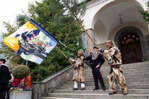Die Butzis betätigen sich als Fähnriche. (Bild: Melinda Blättler (Hergiswil, 21. Oktober 2018))