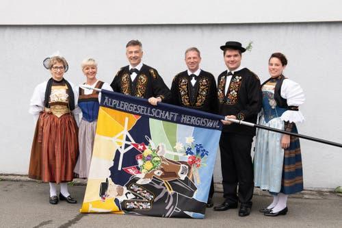 Auch Bundesratskandidat Hans Wicki (3. von links) und Gemeindepräsident Remo Zberg (3. von rechts) sind stolz auf die neue Fahne. (Bild: Melinda Blättler (Hergiswil, 21. Oktober 2018))