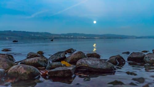 Untergehender, voller Mond über dem Sempachersee (Bild: Stefan Kunz)