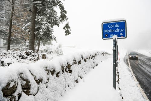 Ein Auto passiert den Pass Col du Mollendruz im Kanton Waadt. (Bild: Jean-Christophe Bott/Keystone (Charbonniers, 28. Oktober 2018))