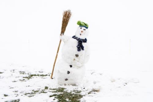 Wohl einer der ersten Schneemänner des Jahres. (Bild: Anthony Anex/Keystone (Adelboden, 28. Oktober 2018))