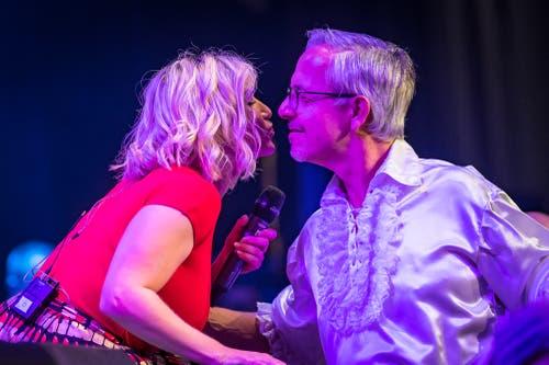 Beatrice Egli verteilt auch Küsschen. (Bild: Christian H. Hildebrand (Baar, 27. Oktober 2018))