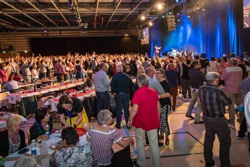 Riesenstimmung im Saal (hier bei Stefan Roos), der mit 1700 Zuschauern ausverkauft ist. (Bild: Christian H. Hildebrand (Baar, 27. Oktober 2018))