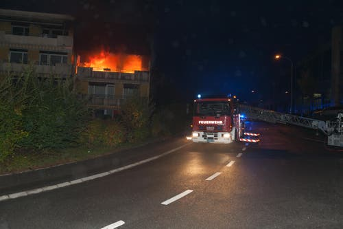 Das Wohnhaus in Littau steht in Flammen. (Bild: Feuerwehr Stadt Luzern)