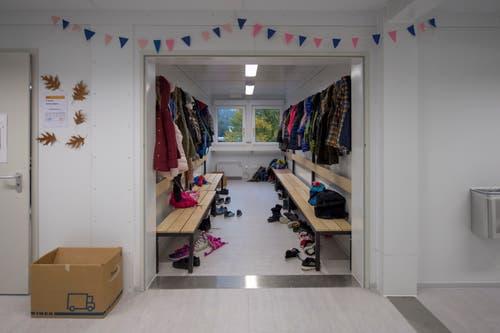 Ja, auch eine Garderobe hats - und noch die eine oder andere Zügelbox. (Bild: Pius Amrein (Ebikon, 29. Oktober 2018))