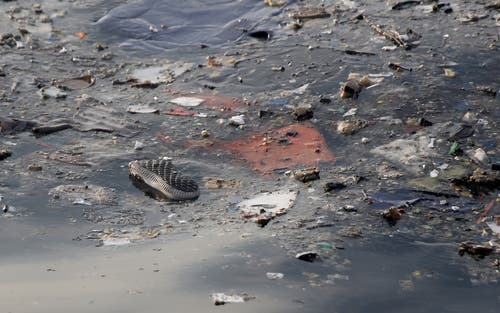 Trümmerteile im Meer. (Bild: EPA/STR)
