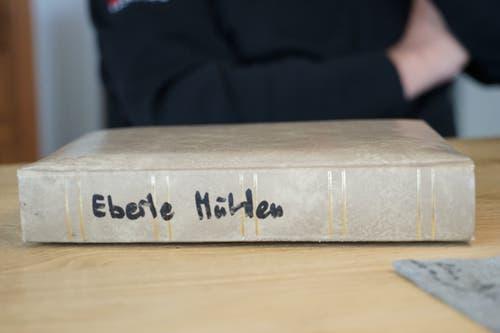 Er hat ein ganzes Album von seiner Arbeit als technischer Leiter der Eberle Mühlen hat Wirz angelegt. (Bild: Sandro Büchler)