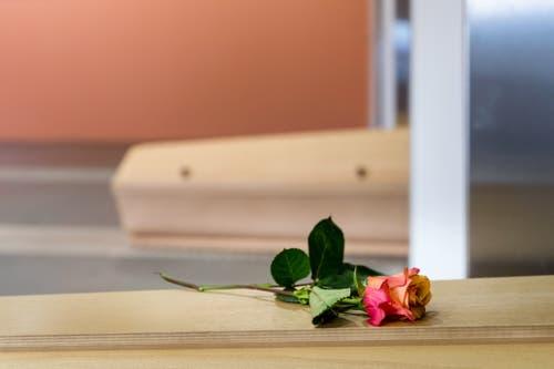 Angehörige geben ihren verstorbenen Familienmitgliedern manchmal Rosen oder Teddybären mit auf den letzten Weg. (Bild: Philipp Schmidli, Luzern, 16. Oktober 2018)