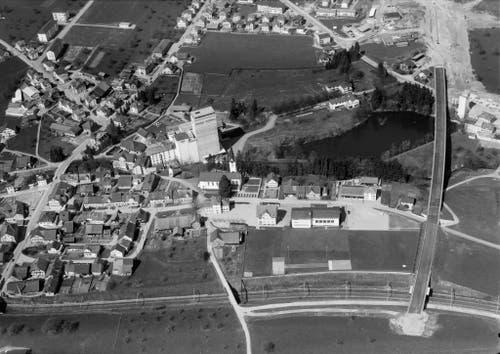 Rickenbach im Jahr 1967. Rechts wurde die Brücke fertiggestellt, aber die Strasse führt noch ins Nichts. (Bild: ETH-Bibliothek Zürich, Bildarchiv)