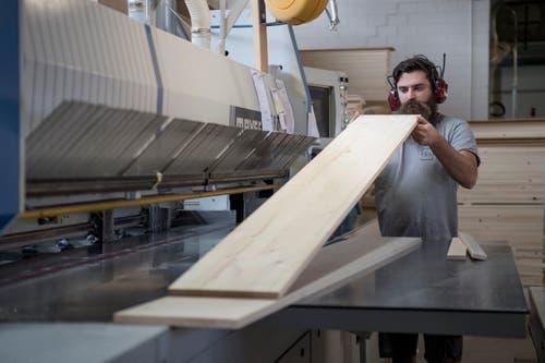 In der Egli Sargfabrik arbeiten 41 Personen – davon 10 gelernte Schreiner. (Bild: Pius Amrein, Beromünster, 22. Oktober 2018)