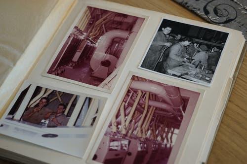 Darin zu finden: Bilder von Maschinen, freudige Momente, ein abwechslungsreiches Leben in der Mühle Rickenbach. (Bild: Sandro Büchler)